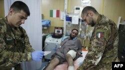 Soldaţi italieni acordă ajutor într-un spital din Herat, Afganistan, septembrie 2016