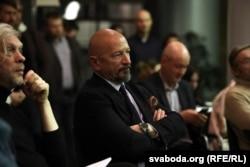 Вадзім Пракоп'еў (у цэнтры) на «Інтэлектуальным клюбе» Сьвятланы Алексіевіч, 2019 год