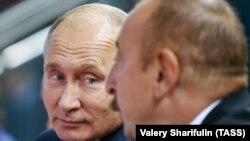 Ресей президенті Владимир Путин және Әзербайжан басшысы Ильхам Әлиев (оң жақта) 2018 жыл.
