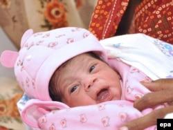 Tek rođena beba Nargis, fotografija iz bolnice u Lucknow, Utar Pradeš, 31. oktobar 2011.