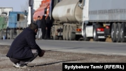 Грузовики в очереди на проезд через КПП «Ак Тилек» в Чуйской области.
