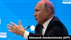 Згідно з опитуванням, більше росіян тепер довіряє армії, а не Путіну