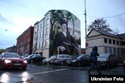 На будівлі райвідділу поліції в Києві за адресою вулиця Старовокзальна 12 з'явився мурал, на якому зображений гетьман України Павло Скоропадський