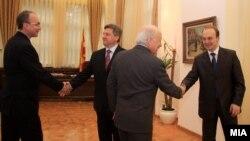 Антонио Милошоски се ракува со медијаторот Метју Нимиц