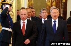 В центре: президент России Владимир Путин, президент Казахстана Нурсултан Назарбаев, позади - президент Кыргызстана Алмазбек Атамбаев, на саммите ОДКБ. Москва, 16 мая 2012 года.