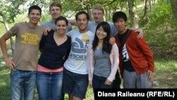 Diana Răileanu împreună cu voluntari din mai multe țări într-o vizită la Mereni