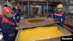 Хорасан-1 кенішіндегі уран оксиді тиелген контейнер. Оңтүстік Қазақстан облысы, 24 сәуір 2009 жыл. Көрнекі сурет