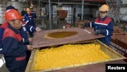 Работники уранового рудника Хорасан-1 на юге Казахстана. 24 апреля 2009 года. Иллюстративное фото.