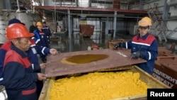 Қорасан-1 кенішіндегі уран оксиді тиелген контейнер. Оңтүстік Қазақстан облысы, 24 сәуір 2009 жыл.