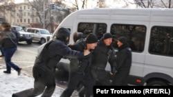 Полицейские задерживают участников митинга в Алматы. 16 декабря 2019 года.