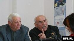 В небольшом офисе на территории заброшенного завода в центре Тбилиси, в комнате размером в 15 квадратных метров, грузинские ветераны составили обращение к абхазским старейшинам