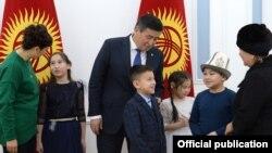 Встреча Сооронбая Жээнбекова сдетьми, потерявшими своих родных врезультате авиакатастрофы в поселкеДача-СУ.