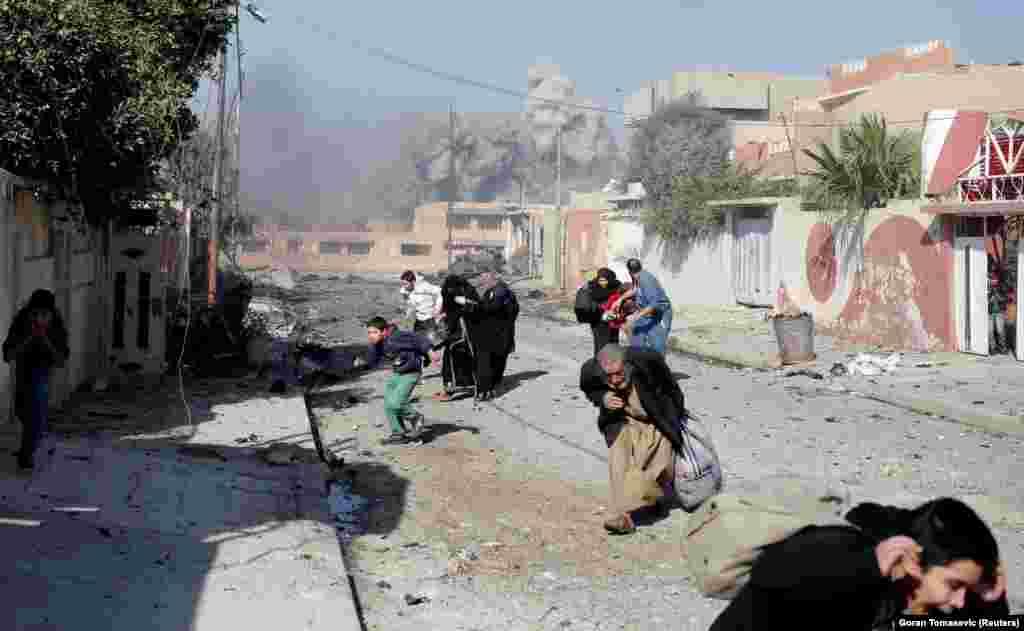 """Veterani i fotografive gjatë luftës, Goran Tomasevic, e dinte se kishin mbetur pak minuta deri në sulmin ajror në pjesën e kapur nga Shteti Islamik. """"Ishte afër dhe kishte shumë panikë"""". """"Njerëzit bërtisnin, vraponin, derisa tymi të kaplonte""""."""