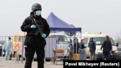 Сотрудник спецподразделения полиции на блокпосту у ъезда в Алматы.