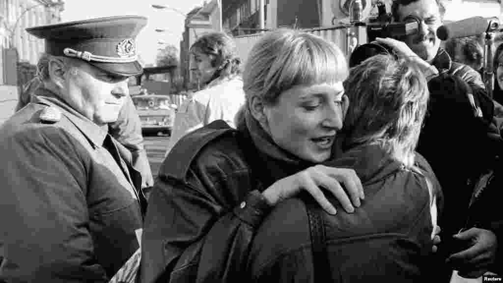 Объятия жителей воссоединненого Берлина. 10 ноября 1989 года