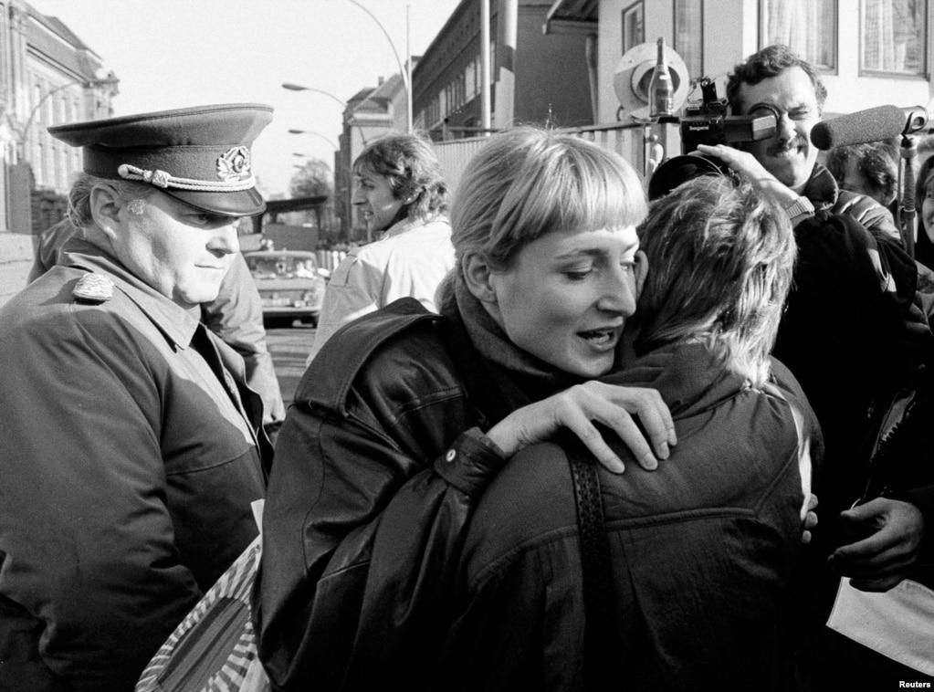 Обійми жителів Берліна, не розділеного більше. 10 листопада 1989 року