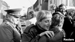 Объятия жителей Восточного и Западного Берлина, 10 ноября 1989 года.