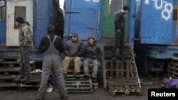 Мәскеуде көкөніс базарында жұмыс істеп жүрген мигранттар. (Көрнекі сурет).