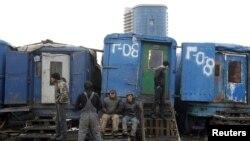 Мигранты ждут работу на одном из овощных рынков на окраине Москвы