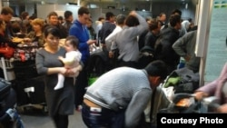 Пассажиры, проходящие таможенный контроль в международном аэропорту Ташкента.