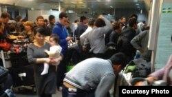 Пассажиры возле стойки таможенного досмотра в международном аэропорту Ташкента.