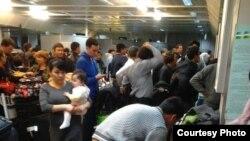 Люди в пассажирском аэропорту аэропорта Ташкента.