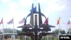 Пам'ятник солдатам та офіцерам, що віддали своє життя у миротворчих місіях та операціях альянсу. Штаб-квартира НАТО у Брюсселі, 12 червня 2009 р.