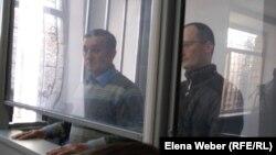 Уәли Әлиасқаров (сол жақта) пен Михаил Ткачев сотта отыр. Қарағанды, 21 қараша 2017 жыл.