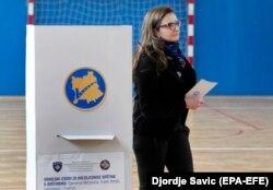 Një grua duke votuar në zgjedhjet lokale në Mitrovicën e Veriut. 19 maj, 2019.