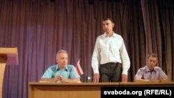 На сцэне (зьлева направа) — Аляксандар Шарыпаў, Юры Глушакоў, Аляксандар Дзенісенка
