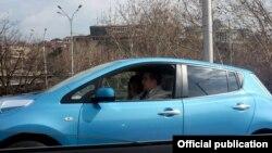 პრეზიდენტი მიხეილ სააკაშვილი საკუთარი ავტომობილით დაცვის გარეშე გადაადგილდება.