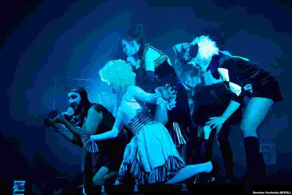 Ранее она осуществила постановку «The people are singing» в манчестерском театре The Royal Exchange