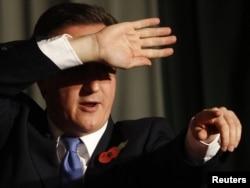 Премьер-министр Великобритании Дэвид Кэмерон отвечает на вопросы студентов Пекинского университета во время визита в Китай. 10 ноября 2010 года.