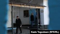 СИ-1 тергеу абақтысы аумағына кіретін есік. Алматы, 4 қазан 2016 жыл.