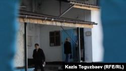 Вход на территорию СИЗО СИ-1, ведущий к помещениям, в которых содержатся следственно-арестованные. Алматы, 4 октября 2016 года.