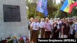 Urmașii familiilor deportaților la monumentul din fața Gării Chișinău. iulie 2018