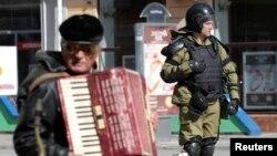 Pe o stradă din Simferopol, 17 martie 2014