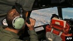 Экипаж самолета королевских ВВС Австралии ведет поиск пропавшего самолета Malaysian Airlines в южной части Индийского океана. 22 марта 2014 года.