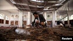 Слідчі оглядають місце теракту в одній з мечетей у місті Сана, 20 березня 2015 року