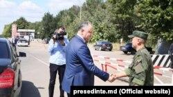 Igor Dodon, dând mâna cu un pacificator rus