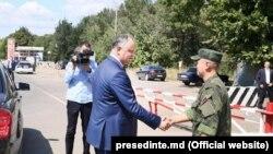 Președintele Igor Dodon strânge mâna unui militar rus la postul de control de la Varnița