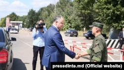 Moldovan President Igor Dodon (left) shakes hands with a Russian soldier at the peacekeeping post in Varniţa.