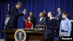 Prezident Obama uşaqları silah zorakılığından qoruyacağı barədə çox sayda bəyanatlar verib (Foto arxivdəndir).