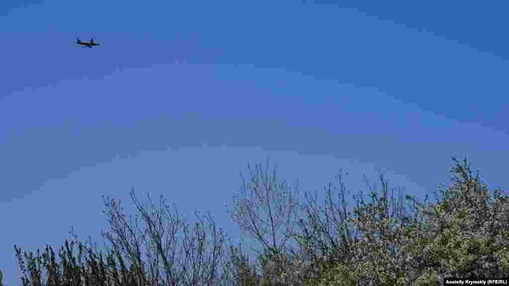 Пассажирские лайнеры из Симферополя набирают высоту над садами Маленького