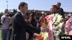Ираклий Гарибашвили не только почтил память погибших грузинских военнослужащих, но и не упустил случая упрекнуть в начале войны и ее печальных итогах предыдущую власть