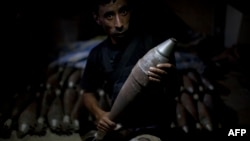 Një kryengritës sirian me predhë në dorë në qytetin Alepo