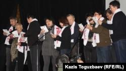 Жаңаөзен оқиғасы туралы ән айтып тұрған белсенділер. Алматы, 17 желтоқсан 2012 жыл.