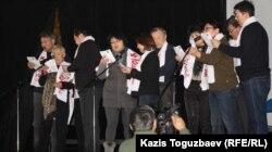 """Группа """"несогласных"""" поет песню о Жанаозенских событиях. Алматы, 17 декабря 2012 года."""