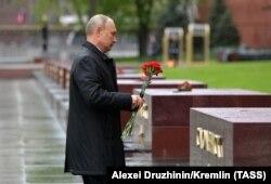 Президент России Владимир Путин возлагает цветы к могиле Неизвестного солдата в Александровском саду. Москва, 9 мая 2020 года