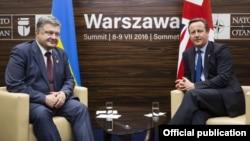 Президент України Петро Порошенко (ліворуч) і прем'єр Великої Британії Дейвід Камерон на Варшавському саміті НАТО, 8 липня 2016 року